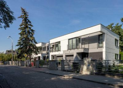 Przednia i boczna elewacja, w 2 odcieniach szarości, segmentów prawych Home Premium przy ul. Dolnej w Łomiankach widziana z naprzeciwka.