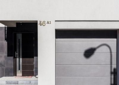 Eleganckie wejście i garaż z bramą automatyczną jednego z segmentów Home Premium przy ul. Dolnej w Łomiankach.
